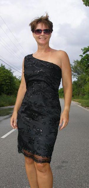 Маленькое черное платье на одно плечо
